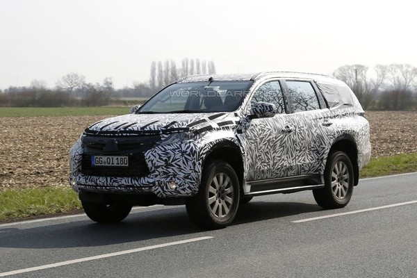 Папарацци поймали в объективы новый Mitsubishi Pajero
