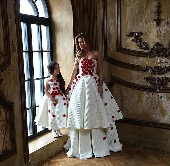 Виктория Дайнеко и Ксения Бородина примерили свадебные платья