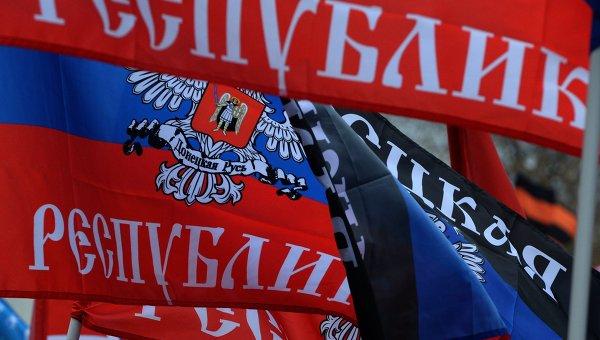В Донецке проходит парад в честь годовщины референдума