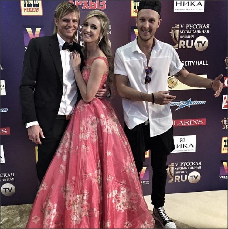 Ольга Бузова пришла на церемонию RU.TV в роскошном розовом платье