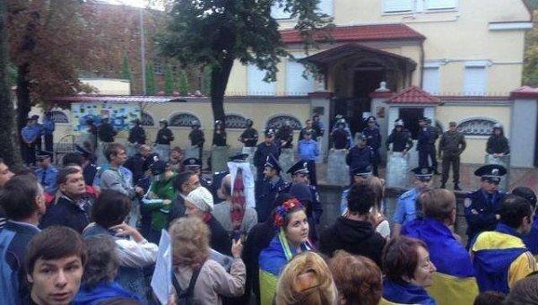В Харькове активисты заблокировали консульство РФ