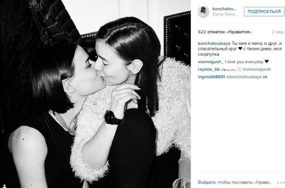 девушки с девушкой целуется фото