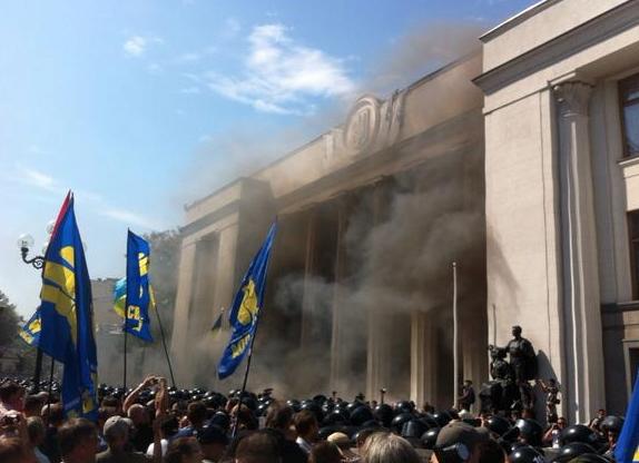Протестующие забрасывают Раду взрывпакетами и готовятся к штурму здания