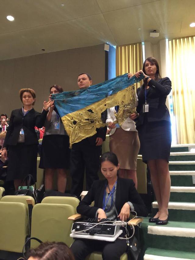 Украинский флаг из под Иловайска во время выступления Владимира Путина в ООН