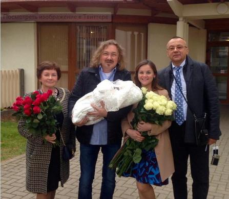 Юля Проскурякова выписалась из роддома