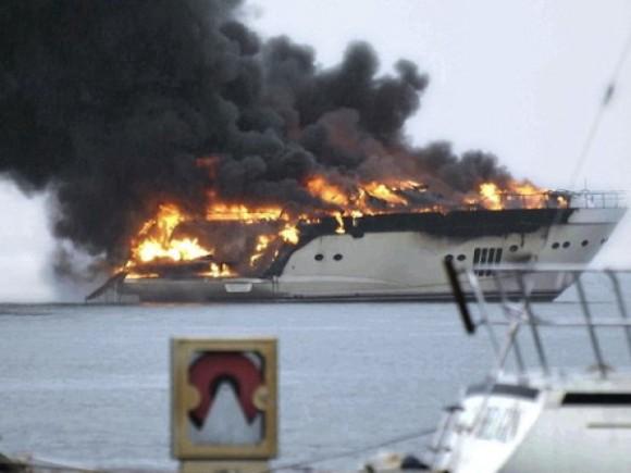 в турции сгорела роскошная яхта