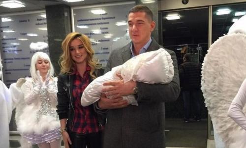 Ксения Бородина показала свою новорожденную дочь