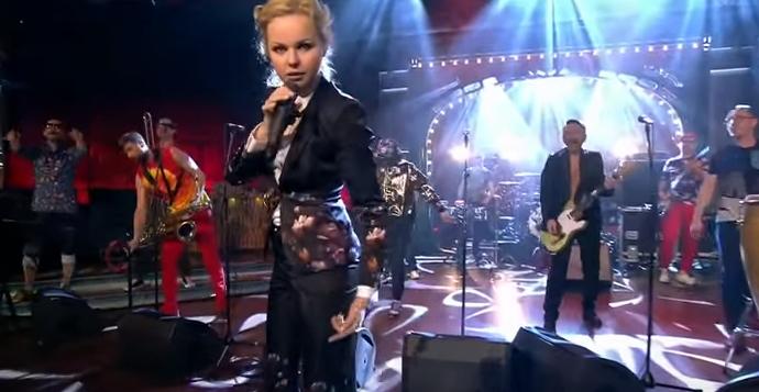 Вечерний Ургант с группировкой Ленинград и Юлией Топольницкой на Первом канале