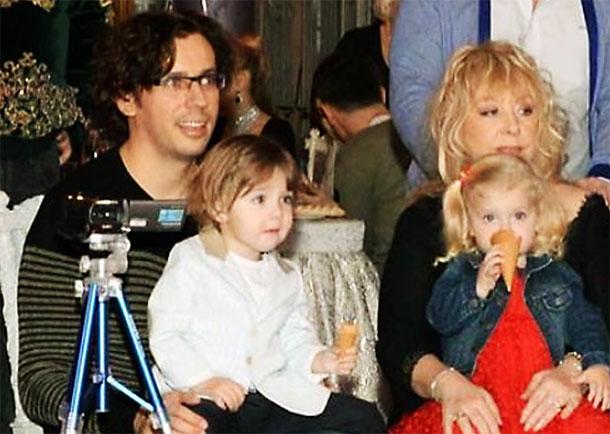 Пожалуй, ни одни звездные дети не вызывают у публики такого восторга — видеоролики с их участием поклонники знаменитого семейства всегда ждут с нетерпением.