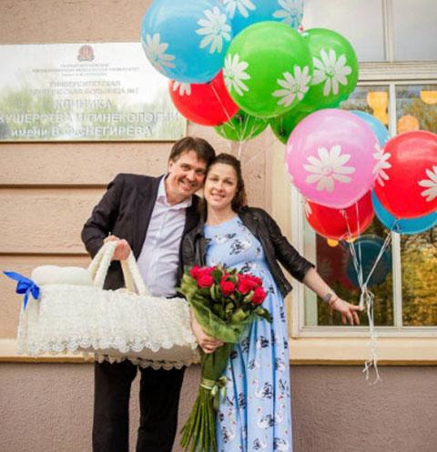 Денис Матросов забрал любовницу из роддома