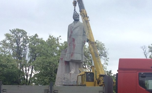 В Украине в Одессе очередной памятник Ленина «отказался уходить со своего постамента»
