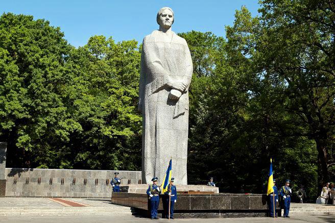 Харьков: у Родины Матери начались массовые столкновения социалистов и патриотов Украины